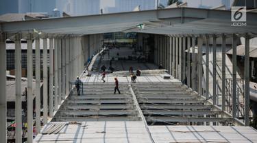 Pekerja menyelesaikan proyek pembangunan jembatan multiguna (skybridge) Tanah Abang di Jakarta, Selasa (9/10). PD Pembangunan Sarana Jaya tengah mengebut penyelesaian skybridge Tanah Abang yang ditarget selesai pada 15 Oktober (Liputan6.com/Faizal Fanani)