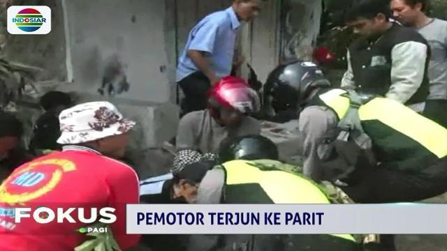 Sebelum terlempar ke parit, motor yang dikendarai Imam tiba-tiba oleng dan menabrak pagar rumah warga di tepi jalan arteri Subang menuju Pantura.