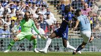 Striker Manchester City, Sergio Aguero (kanan), melepas tembakan yang bersarang di gawang Chelsea pada Community Shield 2018, di Wembley, Minggu (5/8/2018). (AFP/Ian Kington)