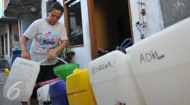Warga membeli air bersih di Kampung Pasar Ikan Luar Batang, Penjaringan, Jakarta, Senin (28/3). Warga setempat mengaku hampir dua minggu harus membeli air bersih untuk pemenuhan kebutuhan sehari-hari. (Liputan6.com/Gempur M Surya)