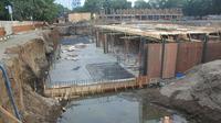 Temuan beberapa benda saat revitalisasi Alun-Alun Kejaksan Kota Cirebon mendapat sorotan para arkeolog. Foto (Liputan6.com / Panji Prayitno)