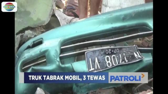 Truk tabrak minibus hingga terbakar di Jalan Raya Malang, Surabaya. Akibatnya tiga orang penumpang tewas.