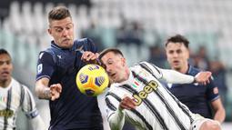 Gelandang Lazio, Sergej Milinkovic Savic (kiri) berebut bola dengan striker Juventus, Federico Bernardeschi dalam laga lanjutan Liga Italia 2020/21 di Allianz Stadium, Turin, Sabtu (6/3/2021). Lazio kalah 1-3 dari Juventus. (LaPresse via AP/Tano Pecoraro)