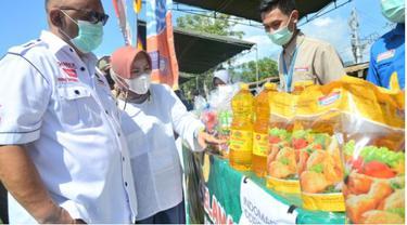 Gubernur Gorontalo, Rusli Habibie saat meninjau langsung pasar murah (Arfandi Ibrahim/Liputan6.com)