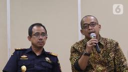 Dirjen Pajak Suryo Utomo (kanan) bersama Dirjen Bea Cukai Heru Pambudi saat menjelaskan empat pilar dalam omnibus law kepada media di Jakarta, Selasa (11/2/2020). (Liputan6.com/Angga Yuniar)