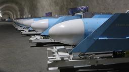 Deretan rudal antikapal Noor dipajang selama peresmian pangkalan rudal bawah tanah di Teluk Persia, Iran, 8 Januari 2021. Aksi pamer pangkalan misil ini dilakukan di tengah meningkatnya ketegangan antara negara itu dengan Amerika Serikat (AS). (SEPAHNEWS/AFP)