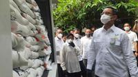 Mensos Juliari P Batubara menyaksikan pencairan Bantuan Sosial Tunai (BST) Tahap VII dan distribusi Bantuan Sosial Beras (BSB) di Surabaya didampingi Wali Kota Surabaya Tri Risma Harini dan Dirut PT Pos Faizal Djoemadi, Rabu (7/10/2020). (Ist)