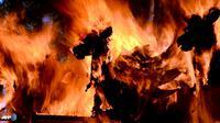 Sarkofagus kerbau yang dibakar saat prosesi ngaben. (AFP/Sonny Tumbelaka/wwn)
