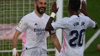 Striker Real Madrid, Karim Benzema (kiri) merayakan gol yang dicetaknya ke gawang Eibar dalam lanjutan Liga Spanyol, Sabtu (3/4/2021). (GABRIEL BOUYS / AFP)