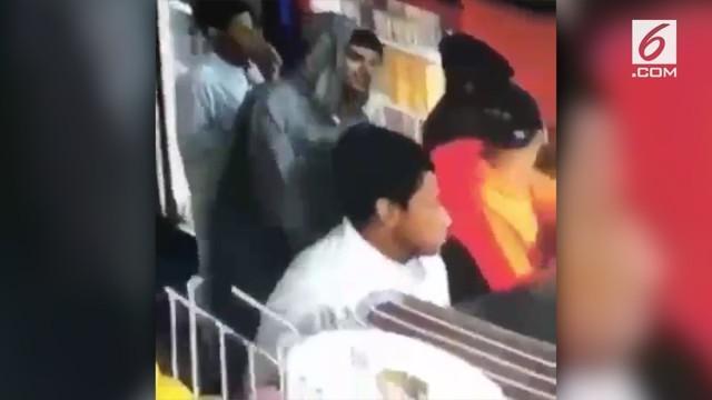 Sadar aksi pencuriannya terekam kamera, seorang pria langsung mengembalikan barang curiannya kepada korban.