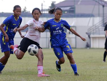 Foto: Timnas Putri Indonesia Ditahan Imbang Tim Pon Jabar Jelang Kualifikasi Piala Asia Wanita 2022