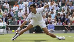 Djokovic langsung tancap gas di set kedua. Ia langsung berhasil unggul 5-1, namun dapat disusul menjadi 5-4 oleh Berrettini. Pada game ke-10 Djokovic akhirnya mampu unggul 6-4 dan menutup set kedua dengan kemenangannya. (Foto: AP/Kirsty Wigglesworth)