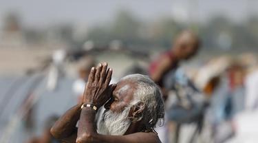 Ritual di pertemuan Sungai Ganga dan Yamuna di Prayagraj, India. Kasus COVID-19 sedang meningkat di negara itu.