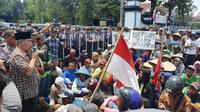 Warga menggeruduk Kantor Dinas Bupati Kebumen untuk mengadukan kekerasan yang dialami dan sengketa tanah yang tak kunjung selesai. (Foto: Liputan6.com/Yazid Mahfudz untuk Muhamad Ridlo)