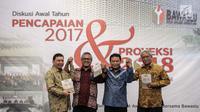 Wakil Ketua Komisi II DPR Fandi Utomo (kiri), Ketua KPU Arief Budiman (dua kiri), Ketua Bawaslu Abhan (kanan), dan Ketua DKPP Harjono (kanan) foto bersama dalam diskusi di Jakarta, Kamis (25/1). (Liputan6.com/Faizal Fanani)