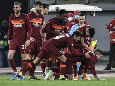 Bek AS Roma, Gianluca Mancini (Kanan Bawah) berselebrasi dengan rekannya usai mencetak gol ke gawang Shakhtar Donetsk pada pertandingan leg pertama babak 16 besar Liga Europa di stadion Olimpiade, Italia, Jumat (12/3/2021). AS Roma menang telak atas Shakhtar Donetsk 3-0. (AFP/Filippo Monteforte)