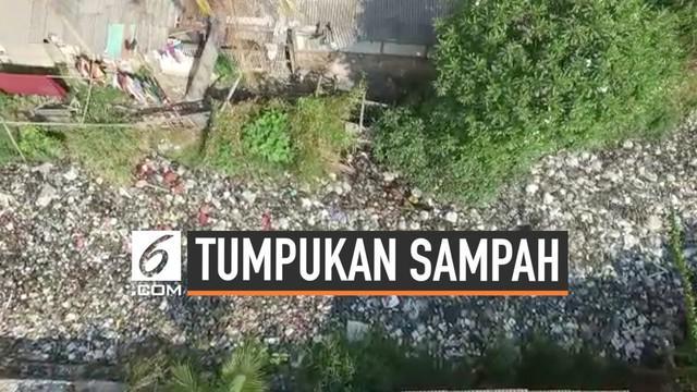 Tumpukan sampah yang memenuhi Kali Bahagia di Kecamatan Babelan, Kabupaten Bekasi memprihatinkan. Ketebalan sampah menca[ai 1 meter sehingga air di Kali Bahagia tidak terlihat. Aliran air Kali Bahagia mulai merusak sawah petani.