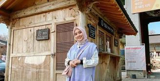 OOTD hijab warna lilac ala Bianca Kartika juga bisa kamu jadikan inspirasi. Padukan vest warna lilac dengan kemeja warna putih. Untuk bawahan, kamu bisa memakai plisket skirt warna putih. (Instagram/biancakartika).