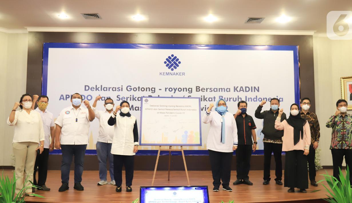 Menaker Ida Fauziyah bersama pimpinan KADIN, APINDO, KSPSI, KSBSI dan Serikat Pekerja atau Buruh membacakan Deklarasi Gotong Royong menyikapi pandemi Covid-19 dalam masa PPKM Darurat di Kemnaker, Jakarta Selasa (13/7/2021). Deklarasi berisikan enam poin. (Liputan6.com/HO/Kemnaker)