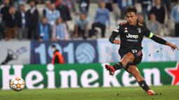 Juventus terus gencarkan serangan. Juventus menambah keunggulan pada menit ke-41 setelah Alvaro Morata dilanggar di kotak terlarang. Paulo Dybala sukses menjadi algojo penalti walapun sempat terpeleset. (Foto: TT News via AFP/Andreas Hillergren)