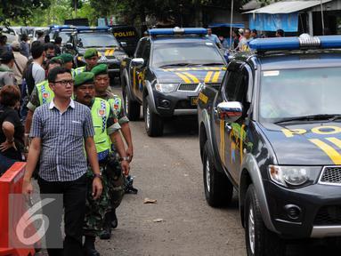 Sebanyak 17 kendaraan taktis Polri menyeberang ke Pulau Nusakambangan, Cilacap, Jateng, Rabu (27/7). Kendaraan tersebut diseberangkan dua tahap menggunakan Kapal Pangayoman IV dari Dermaga Wijayapura. (Liputan6.com/Helmi Afandi)
