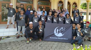 Para anggota komunitas masjid Garut, Jawa Barat, setelah melakukan aksi bersih masjid di Kecamatan Cikelet, Garut