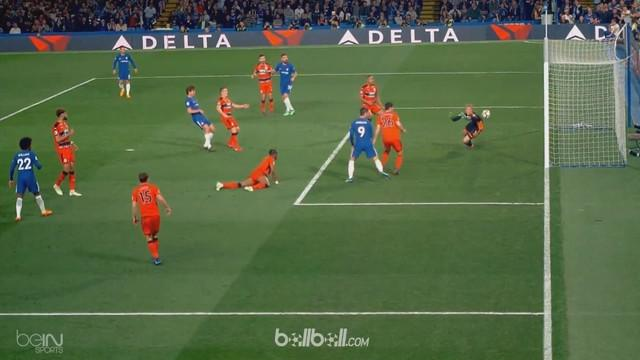 Berita video kiper Chelsea, Willy Caballero, melakukan aksi berani menghadang lawan tetapi justru berbuah gol untuk Huddersfield. This video presented by BallBall.