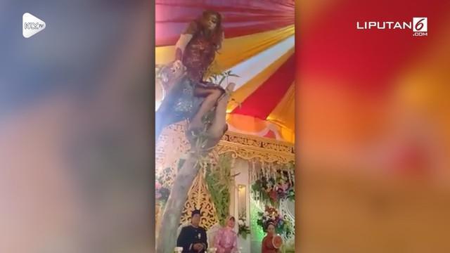 Aksi seorang penari demi menghibur para tamu undangan ini menjadi perhatian publik. Sebab, ia menari sampai ke atas pohon yang ada di sekitar acara kawinan.