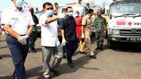 Menko Kemaritiman dan Investasi  Luhut Binsar Pandjaitan bersama Ketua Umum PMI Jusuf Kalla meninjau Gudang Darurat PMI untuk Penanganan Covid-19 di Jakarta. (Foto: Ade Danhur/TimJK)