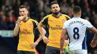Pemain Arsenal, Laurent Koscielny dan Olivier Giroud, tampak kecewa usai kalah atas West Bromwich Albion pada lanjutan Premier League 2016-2017, di Stadion The Hawthorns, Inggris, Sabtu (18/3/2017). Meriam London menyerah 1-3. (AFP/ Lindsey Parnaby)