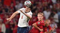 Harry Maguire merupakan kunci solidnya pertahanan Inggris di Piala Eropa 2020 bersama rekan duetnya, John Stones. Posturnya yang tinggi membuat Maguire banyak memenangkan duel-duel udara. Ia juga tercatat telah menyumbangkan gol sebanyak satu kali kepada The Three Lions. (Foto: AFP/Pool/Paul Ellis)