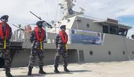 Personel Lanal Palu bersiaga di depan KAL Talise yang baru tiba di Dermaga Watusampu pada Senin (6/7/2020). Kapal ini akan memperkuat pengamanan laut Sulteng setelah armada sebelumnya rusak karena tsunami. (Foto: Liputan6.com/ Heri Susanto).