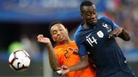 Gelandang Prancis, Blaise Matuidi berebut bola dengan pemain Belanda, Kenny Tete selama pertandingan UEFA Nations League di Stadion Stade de France, Saint-Denis, Prancis, (9/10). Prancis menang 2-1 atas Belanda. (AP Photo/Christophe Ena)