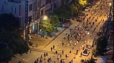 Tertibnya warga Vietnam dalam ikut tes COVID-19.