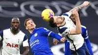 Pemain Leicester City, Marc Albrighton, duel udara dengan pemain Tottenham Hotspur, Pierre-Emile Hojbjerg, pada laga Liga Inggris di London, Minggu (20/12/2020). Leicester menang dengan skor 2-0. (Andy Rain/ Pool via AP)