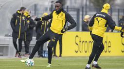 Aksi Usain Bolt mengontrol bola saat latihan bersama Borussia Dortmund Dortmund di Dortmund, Jerman, (23/3/2018). Bolt pensiun dari dunia atletik usai Kejuaraan Dunia 2017. (Guido Kirchner/dpa via AP)
