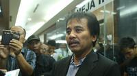 Mengacungkan jempol kepada hakim saat sidang Jessica Wongso ke-21, Roy Suryo diminta keluar dari ruang sidang. (Bintang.com/Galih W Satria)