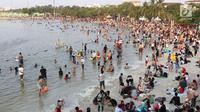 Pengunjung memadati kawasan wisata Pantai Karnaval Ancol, Jakarta, Sabtu (16/6). H+1 libur Lebaran, jumlah pengunjung di Ancol mencapai 88.143 orang. (Liputan6.com/Immanuel Antonius)