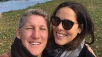 Mantan petenis putri nomor satu dunia, Ana Ivanovic (kanan), mengumumkan sedang mengandung anak pertama dari hasil pernikahan dengan pesepakbola Bastian Schweinsteiger lewat media sosial, Kamis (23/11/2017). (Bola.com/Instagram/anaivanovic)