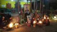Tradisi Kiat Damar para calon kades di Cirebon menyalakan sesajen pada malam pemilihan kepala desa. Foto (Liputan6.com / Panji Prayitno)