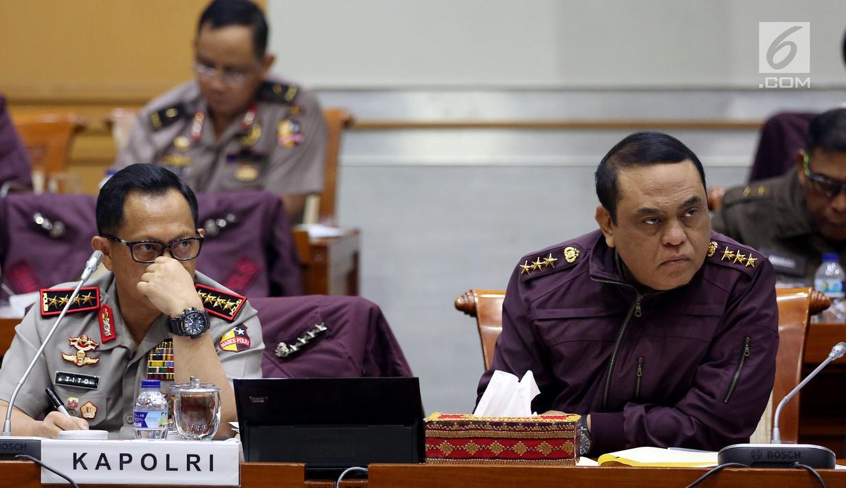 Kapolri Jenderal Tito Karnavian bersama Wakapolri Komjen Syafruddin saat mengikuti Rapat Kerja dengan Komisi III DPR RI, di Kompleks Parlemen, Senayan, Jakarta, Senin (17/7). (Liputan6.com/Johan Tallo)