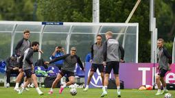 Para pemain Denmark mengikuti sesi latihan tim di tempat latihan Tottenham Hotspur di London, Selasa (6/7/2021). Denmark merengkuh tiket semifinal Euro 2020 usai menang 2-1 atas Republik Ceko. (AP Photo/Thanassis Stavrakis)