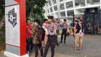 Personel keamanan berjaga di sekitar Stadion Utama Gelora Bung Karno, Senayan, Jakarta, jelang laga Piala AFC 2019 antara Persija Jakarta kontra Ceres-Negros, Selasa (23/4/2019). (Bola.com/Zulfirdaus Harahap)