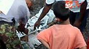 Seorang pria paruh baya tewas usai terjatuh dari gerbong Kereta Bisnis Tegal Arum di Stasiun Kemayoran, Jakpus. Diduga penyebabnya korban terpeleset saat bergelantungan di sambungan gerbong kereta.