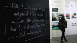 Kutipan pernyataan Presiden Soekarno saat seremoni pembukaan Stadion Utama dipamerkan di area Stadion GBK, Jakarta, Rabu (29/8). Sejumlah dokumentasi pembangunan stadion dicetak dan bisa dilihat warga. (Liputan6.com/Helmi Fithriansyah)