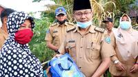 Asisten 1 Sekda Kota Bengkulu Bujang HR menyerahkan bantuan Pasca Panik kepada keluarga korban kebakaran di Kelurahan Padang Serai. (Liputan6.com/Yuliardi Hardjo)
