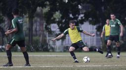 Pemain Timnas Indonesia U-23, Egy Maulana, bersiap mengirim umpan saat latihan di Lapangan ABC, Jakarta, Kamis (14/3). Latihan ini merupakan persiapan jelang Kualifikasi Piala AFC U-23. (Bola.com/Vitalis Yogi Trisna)