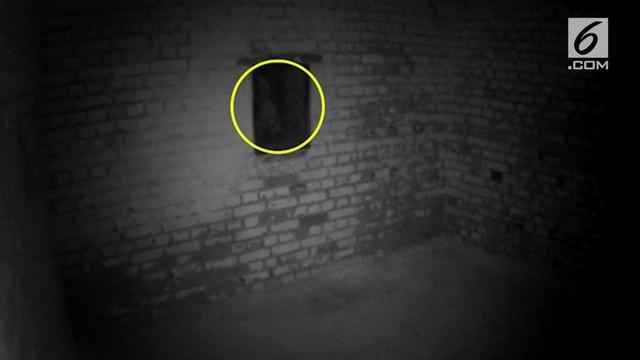 Seorang pengunjung bernama Tony Ferguson merekam sosok penampakan di Kastil Hurst. Diduga penampakan tersebut adalah roh mantan penjaga istana.