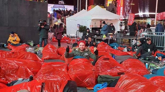 World's Big Sleep Out di New York. Hal ini merupakan kampanye mereka dalam menggalang dana bagi kaum tuna wisma. (Source: Instagram/ @worldsbigsleepout)