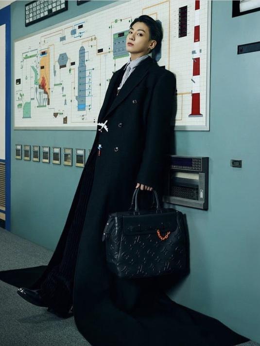 Sedangkan anggota termuda BTS, Jungkook mengenakan pakaian serba hitam, dengan inner kemeja bergaris dan dasi. Dan aksesori kalung LV menyerupai penghapus (Louis Vuitton)